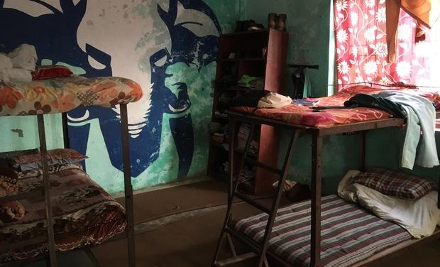 Project visual Une machine à coudre, des draps, du matériel scolaire pour  l'orphelinat.