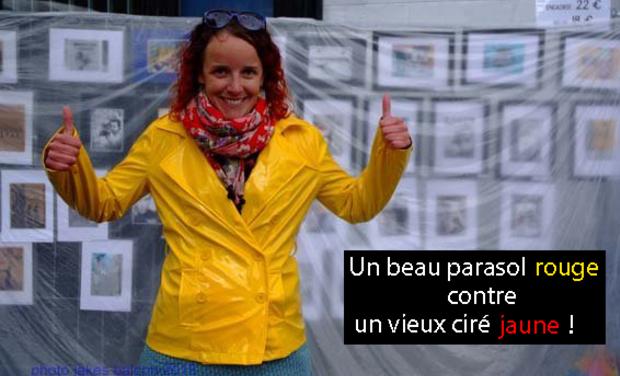 Visuel du projet Un beau parasol rouge contre un vieux ciré jaune