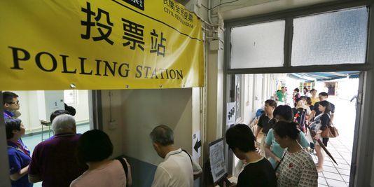 4447484_3_a8a2_des-hongkongais-font-la-queue-devant-un-bureau_771929135d9d2c17239d70c36c03e958-1415032941