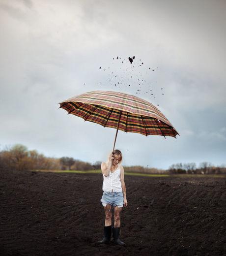 Une-pluie-terre-s-abat-sur-cette-jeune-femme-au-parapluie-karrah-kobus_98622_w460-1415355108