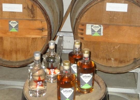 A-gauche-patrick-bertin-admire-la-robe-du-whisky-mosellan-a-droite-son-fils-julien-hume-et-en-apprecie-les-effluves-photo-rl-1433672181