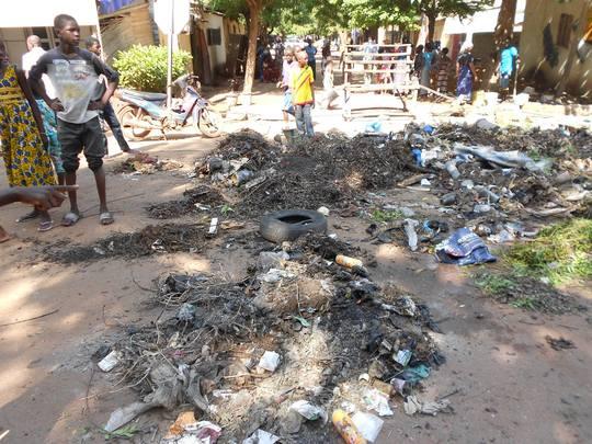 Salubrite-ordure-balayage-proprete-assainissement-ramassage-dechet-voie-publique-rue-population-civile-1433927662