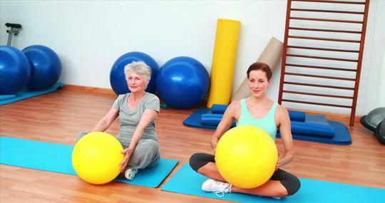 234601116-ballon-de-gymnastique-tapis-d_exercice-kinesitherapeute-corridor-1434574144