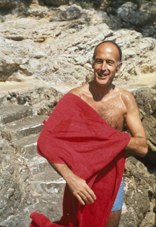 Giscard en maillot et serviette