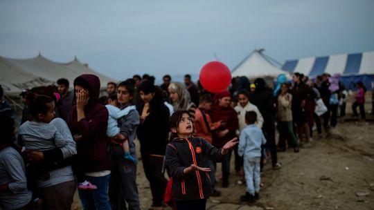 Une-jeune-migrante-joue-avec-un-ballon-en-attendant-une-distribution-de-nourriture-dans-le-camp-de-migrants-a-la-frontiere-greco-macedonienne-d-idomeni-le-5-avril-2016_5577021-1460032395