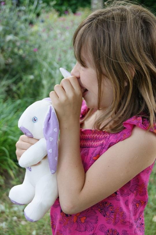 Emma_et_lapin_doux_violet_kisskiss-1460390291