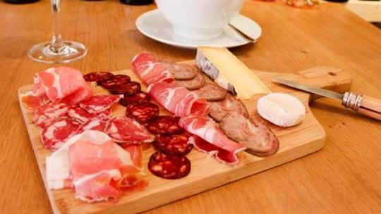 L-epicerie-saint-sabin-planche-de-charcuteries-et-fromages-avec-aligot-658c3-1462908095