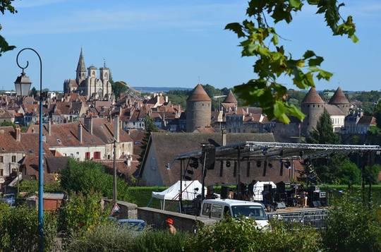 Vue_de_la_ville_depuis_le_site_du_festival-1466505044