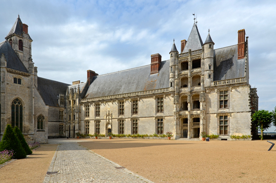 Chateaudun_-_chateau_cour_01-1467618028