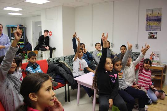 Enfants_qui_levent_la_main-1476305595