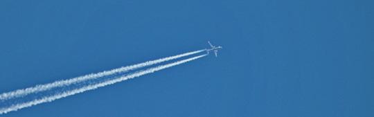 Avion-dans-ciel-bleu2-1481897300