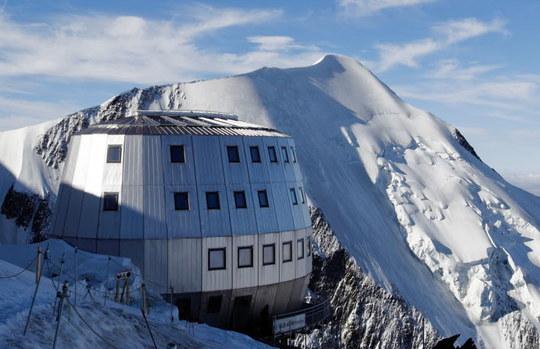 La-gestion-du-refuge-du-gouter-situe-sur-la-voie-normale-du-mont-blanc-a-3-835-metres-d-altitude-fait-regulierement-l-objet-de-contestations-1460126490-1493159234