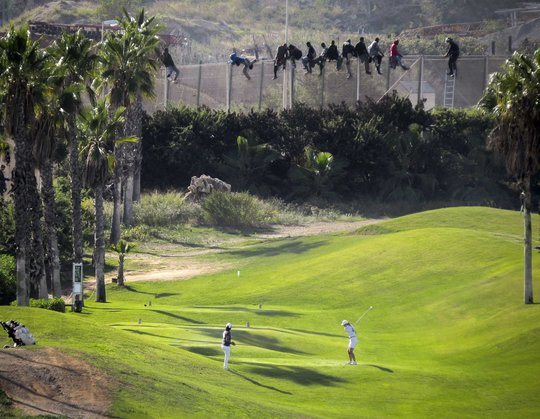 Golfer-african-migrants-1493396222