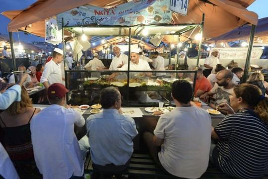 1021340-restaurants-situes-milieu-place-accueillent-1494497687