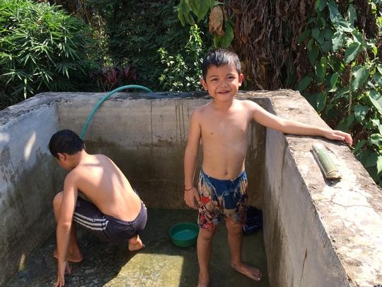 Les_enfants_nettoient_le_bassin-1501832660