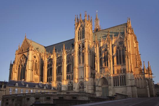 Metz_cathedrale_saint_etienne_vue_en_bas_rue_d_estree_sous_lumiere_hiver-1502204793