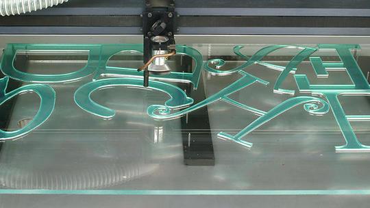 Decoupe-de-lettrage-en-acrylique-au-laser-gravograph_product_slide-1503758906