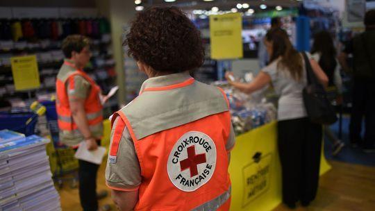 Des-volontaires-de-la-croix-rouge-collectent-des-fournitures-scolaires-a-gennevilliers-hauts-de-seine-le-20-aout-2015_5400755-1477601503-1507583667