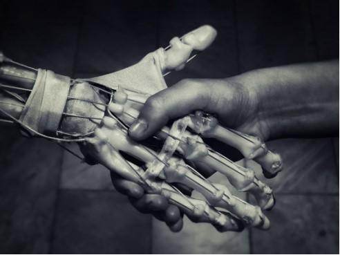 Main_homme_robot-1509397485