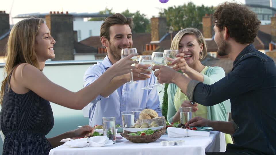 839942368-vin-blanc-diner-trinquer-terrasse-architecture-1463234725.jpg
