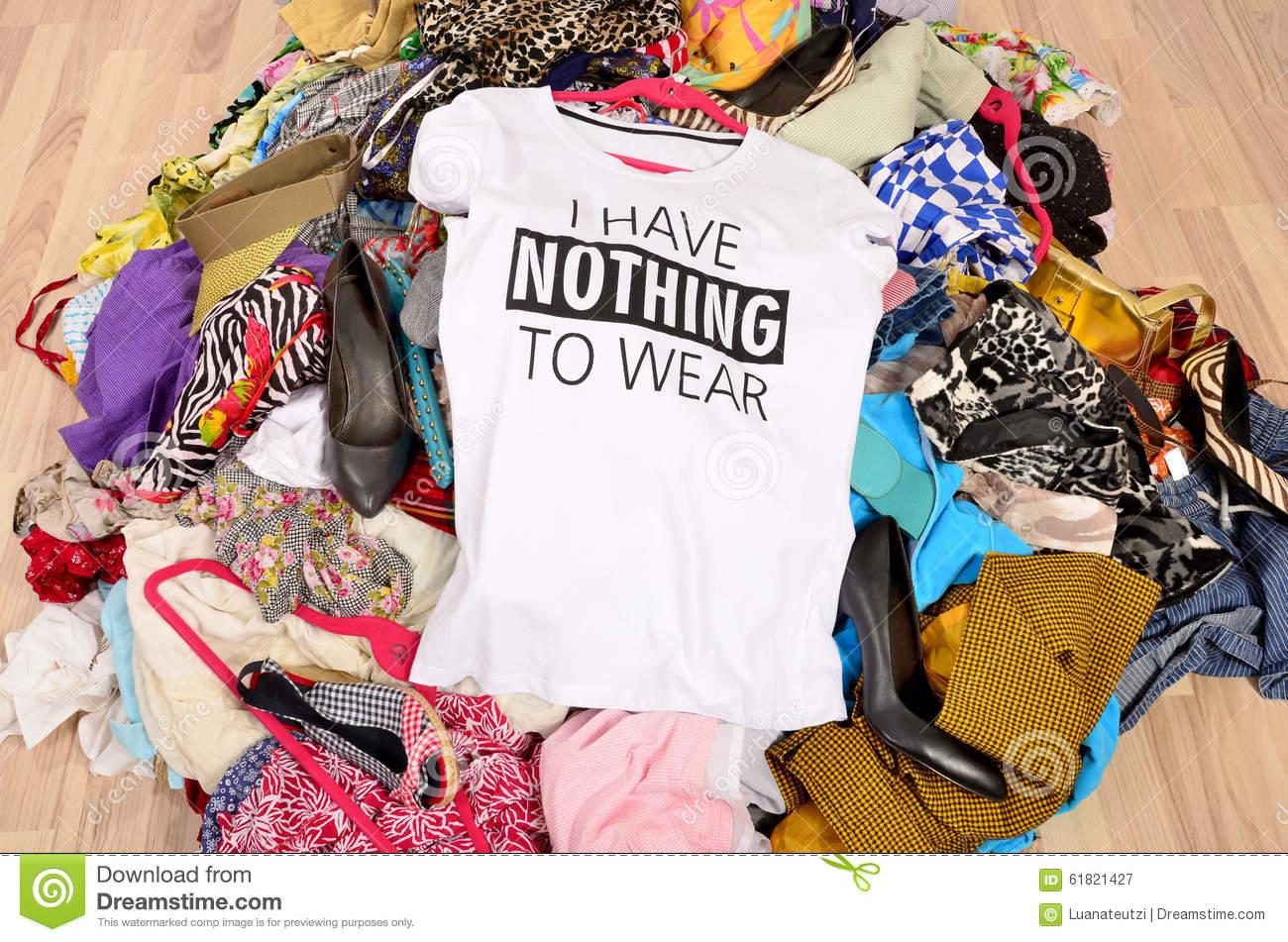 grande-pile-des-v_tements-jet_s-au-sol-avec-un-t-shirt-indiquant-n-61821427-1465515506.jpg