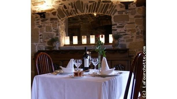 Table-pour-2-personnes-mur-en-pierre-du-restaurant-du-Manoir-de-la-Fabregues-1497741975.jpg