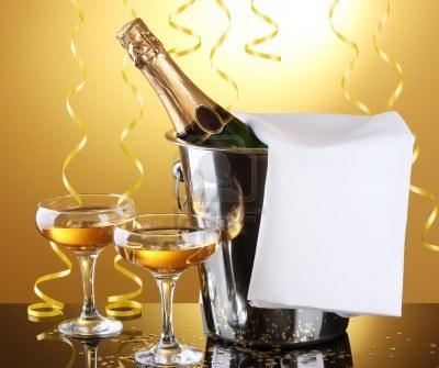 13245382-une-bouteille-de-champagne-dans-un-seau-avec-de-la-glace-et-des-verres-de-champagne-sur-fond-jaune-1500155781.jpg