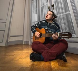 Phorin-guitare-play-portrait-1507840439.jpg