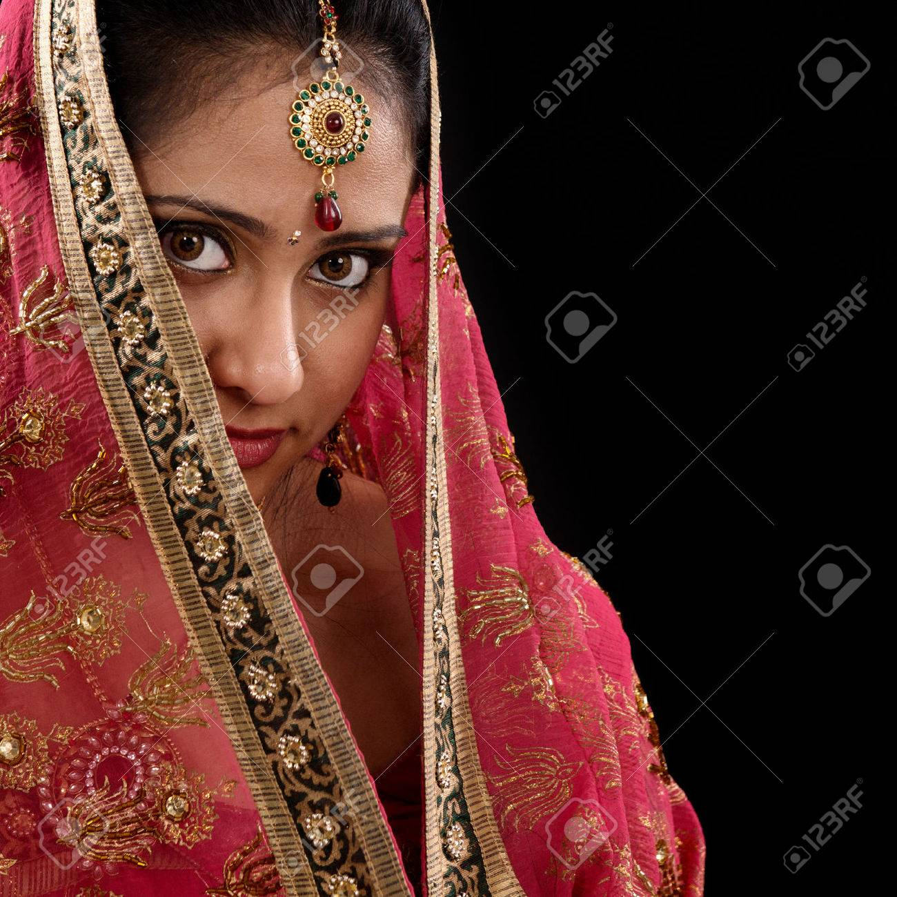 29283307-portrait-de-la-belle-jeune-femme-indienne-myst_re-couvrant-son-visage-par-un-foulard-en-regardant-la-c-Banque-d_images-1513543471.jpg