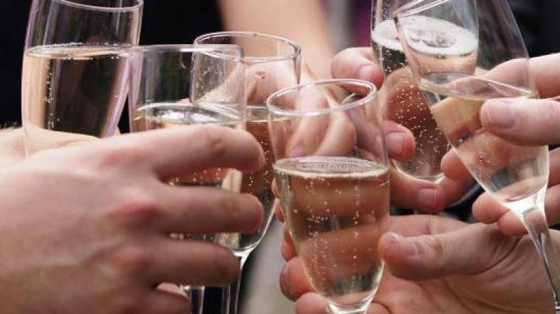 champagne-verres-fetes-francesoir_field_image_de_base_field_mise_en_avant_principale-1517330941.jpg
