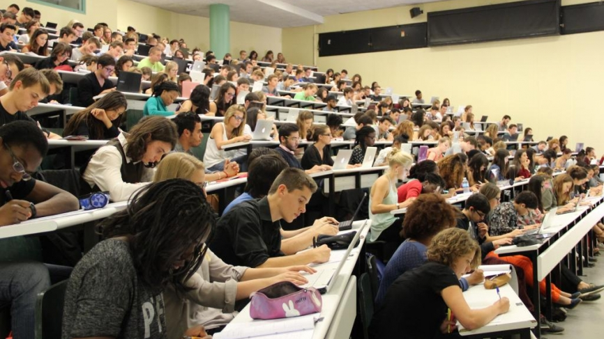 253974-universite-versailles-saint-quentin-uvsq-amphi-licence-1-droit-septembre-2014-camille-stromboni-6-866x495-1517330944.jpg