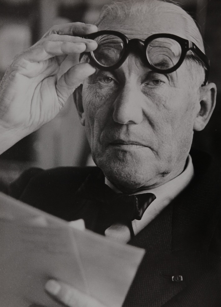 Le_Corbusier_lunettes_leve_es.jpg